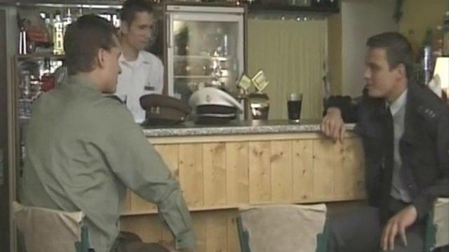 Three Officiers Dans Un Bar Se Retrouvent Avec La Trique
